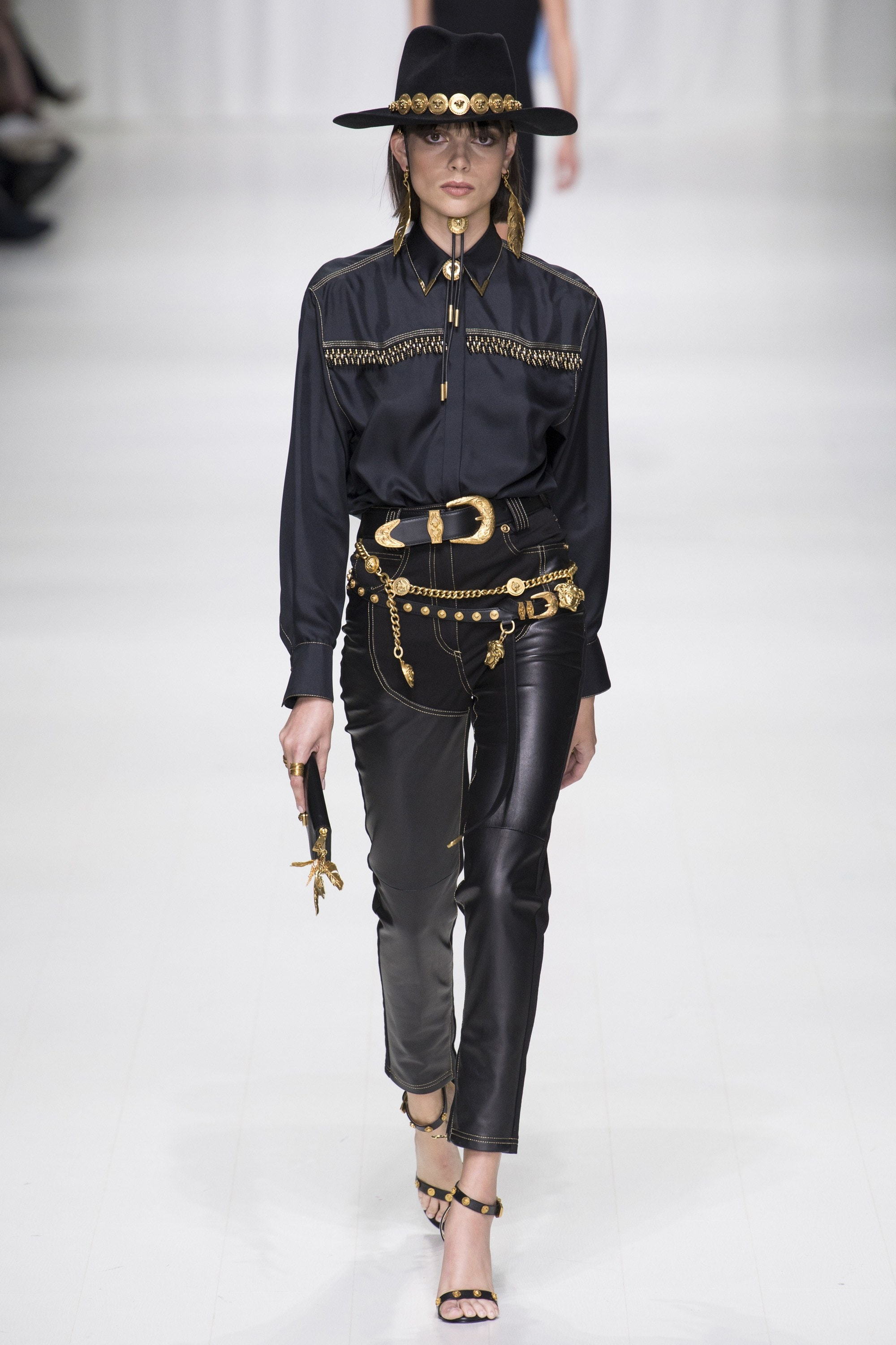 Western, Cowboy Look, Western Trend, SS18, Western Outfit, Fringes, Trendy Tuesday, Style, Fashion, Fashion Inspiration, Spring Fashion, SS18, Spring Summer 2018, Shop the Look, Versace, Donatella Versace, Gianni Versace, All Black, Milan Fashion Week, MFW