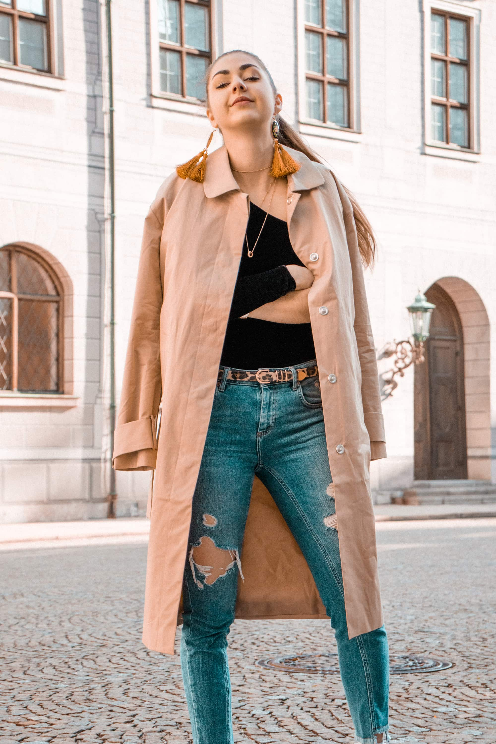 Fashion, Fashionblog, Fashion Magazine, Editorial, Style, Style Guide, Style Inspiration, Streetwear, Street Style, Swiss, Switzerland, Outift, OOTD, Outfit Inspiration, Inspo, Girly, Edgy, Stylish, Trends, Trend, Trendsetter, Carmitive, Carmen Jenny, Camel Coat, Statement Earrings, XXL Earrings, Brunette, Ponytale, Sunset, Sneakers