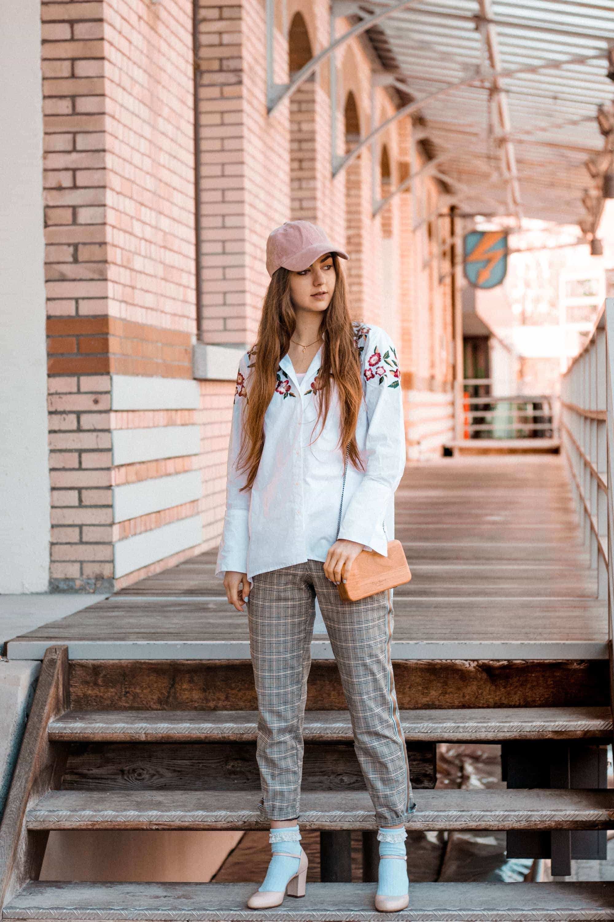 Fashion, Fashionblog, Fashion Magazine, Editorial, Style, Style Guide, Style Inspiration, Streetwear, Street Style, Swiss, Switzerland, Outift, OOTD, Outfit Inspiration, Inspo, Girly, Edgy, Stylish, Trends, Trend, Trendsetter, Carmitive, Carmen Jenny, Embroidery, Baseball Cap, White, Checks, Pink, Socks, Pumps, Collage